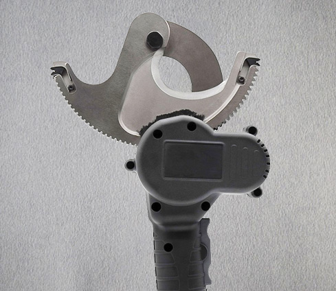 What are the requirements for using manual cable cutters